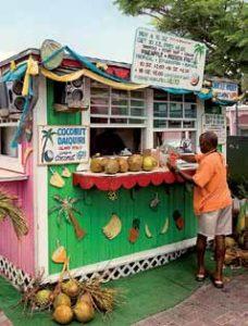 Unbedingt probieren! Coconut Daiquiri von einer der Strandbuden ist eine echte Offenbarung.