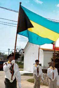 Üben für die Parade: Die Farben der Flagge symbolisieren übrigens die Strände der Bahamas und das Wasser, das sie umschließt. Das schwarze Dreieck am Fahnenstock symbolisiert die Einheit.