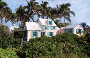 Wohnen in der Villa Kunterbunt. Auf den Bahamas ist der bunte Anstrich der Häuser Gesetz.