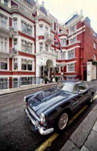 Ein altehrwürdiger Aston Martin vor altehrwürdiger Fassade: St. James's Hotel & Club