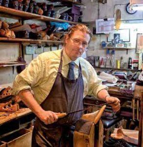 Seit 1829 scheint sich bei John Lobb nichts verändert zu haben. Schuhmacher Steven Lowe führt Interessierte gerne durch die Werkstatt, wo auch die Leisten der königlichen Familie lagern.