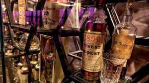 Sal's Leidenschaft: In der Vitrine am Eingang zur Bar zeigt der Sammler von Vintage-Spirituosen seine Schätze. Wert: rund 1 Millionen Pfund.