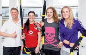 Björn Reindl mit den Fußball-Ladies vom 1. FFC Frankfurt: Ali Krieger, Kim Kulig und Ana-Maria Crnogorcevic