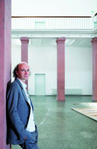Rektor Nikolaus Hirsch im Lichthof der Städelschule