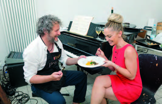 Kunstvoller kann man kaum speisen! Tobias Rehberger und Top Magazin Chefredakteurin Natalie Rosini lassen sich die Vorspeise am Flügel schmecken.