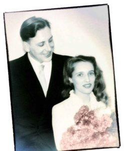 1955: Zur Hochzeit von Erika und Günter Arndt gab's rote Nelken. Die Aufnahme stammt vom jüngeren Bruder Rudi Arndt, dem späteren Frankfurter Oberbürgermeister.