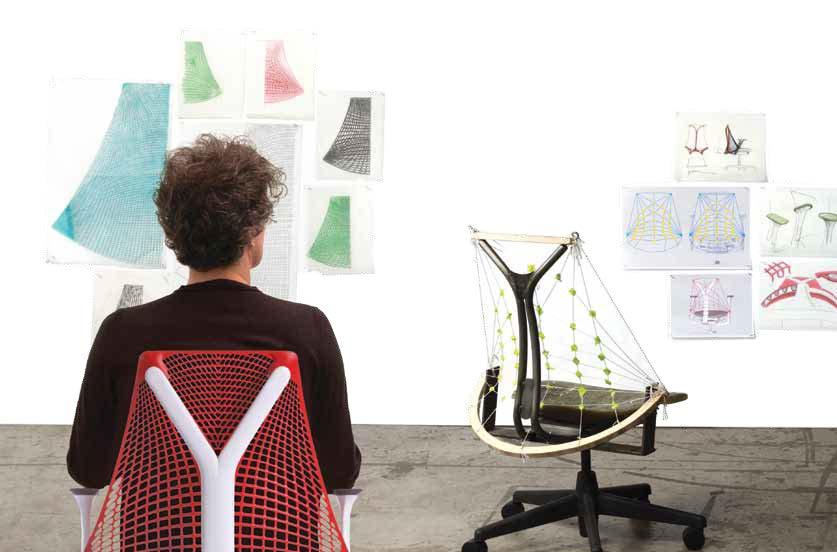 Bürostühle von Herman Miller gelten nicht bloß als Design-Klassiker, sie zählen auch zu den besten Sitzmöbeln für die Arbeit am Schreibtisch. Wie auch der neue Stuhl Sayl von Yves Béhar, der durch den rahmenlosen Rücken (im Übrigen inspiriert von der Golden Gate Bridge) ergonomisches Sitzen de Luxe verspricht. Der Designer selbst macht's auf diesem Foto vor.