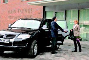 Um entspannt anzukommen und noch entspannter einzuchecken, können Patienten der Main-Taunus Privatklinik den exklusiven Limousinen-Service nutzen.