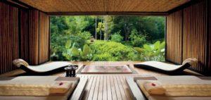 """Luxuriös entspannen! Das kann man auch im Phulay Bay, einem Ritz-Carlton Resort im thailändischen Krabi, von dem die Bilder auf diesen Seiten stammen. Auch im Blockbuster """"Hangover 2"""" werden die gebeutelten Protagonisten hier den Kater los."""