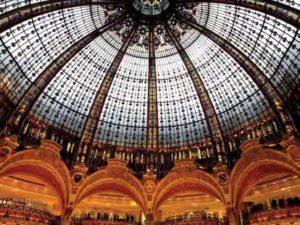Erkannt? Luxuskenner wissen natürlich, dass es sich bei dieser Jugendstilkuppel um den wohl berühmtesten Shoppingtempel der Welt handelt: die Galeries Lafayette in Paris