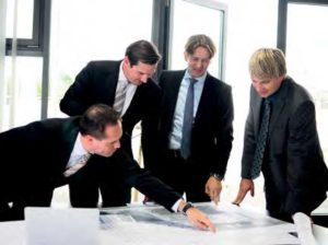 Zukunftsplanung: Max Wolf und Jörg Kamenz mit Marco Schworm (Serviceleiter Firmengruppe) und Mathias Ströbel (Verkaufsleiter Betrieb Hanau/Maintal)
