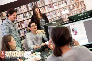 Das Team von East West Models - Bookerin Janina, dahinter Carlos und Marcus Streil mit Maya. Im Vordergrund Fayza Schwegler im Kundengespräch.