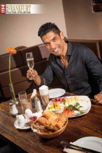 Im Harvey's verwöhnt Gastgeber Raúl die Gäste mit Humor und Frühstücks-Leckereien.