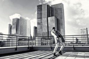 Tänzer Yasutake Shimaji vor der Frankfurter Skyline (photo by Daniel Woeller for Drykorn)
