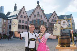 Das Frankfurter Oktoberfest Festpaar vor dem Römer