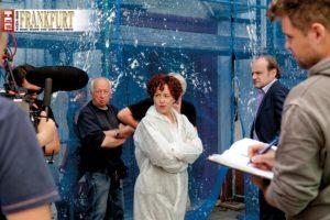 Ulrike Krumbiegel als Kommissarin Hertha Frohwitter (Mitte) und Oliver Stokowski (2. v. r.) als Bauunternehmer Raffael Sobocinski warten auf die Anweisung von Regie und Kamera.