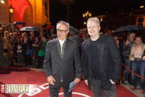 Berlinale-Chef Dieter Kosslick mit Herbert Grönemeyer im Blitzlichtgewitter