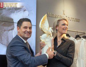 Meissen-CEO Dr. Christian Kurtzke und Maria Höfl-Riesch präsentieren die Pegasos-Trophäe.