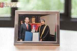 S. E. Khalid S. Ba'Omar überreicht Prof. Dr. Mathias Müller die Ernennungsurkunde.