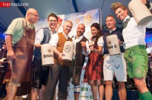 Otto Völker, Patrick Hausmann, Oberbürgermeister Peter-Feldmann, Dennis Hausmann, Mariella Ahrens, Kai Mann und Jens Hilbert eröffneten das Oktoberfest 2016