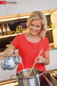 Rühren nicht vergessen - Jenny kippt für ihre Rote Soße den Apfelwein in den Kochtopf...