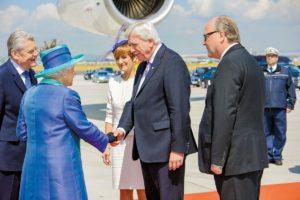 Warm Welcome - Volker Bouffier begrüßt die Queen am Frankfurter Flughafen. Dieter Beine stellt den geordneten Ablauf der Förmlichkeiten sicher.