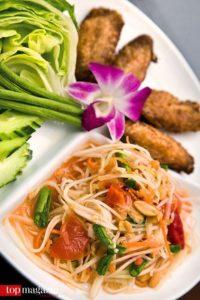 Original Som-Tam-Salat mit frittiertem Hähnchen im Restaurant Koh Samui