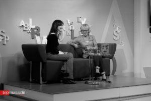 Moderatorin Luzia Braun mit Charlotte Roche auf dem Blauen Sofa