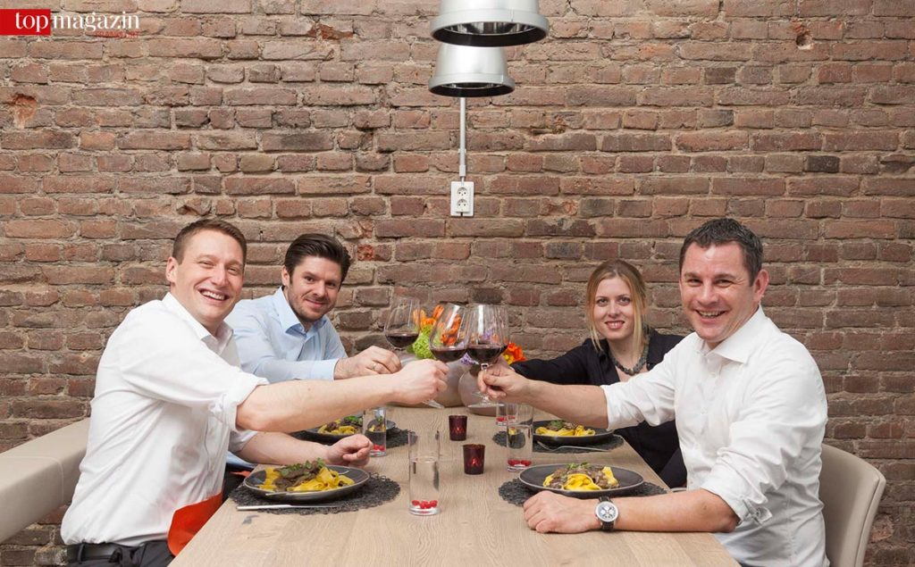 Zum Schluss Genuss - Die beiden Stadtoberhäupter stoßen mit JB Stahldesign-Inhaber Jonas Buividavicus und Kathrin Link an.