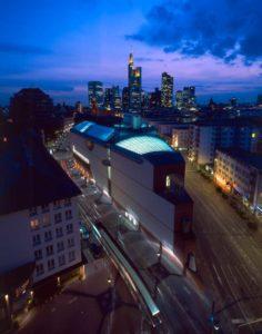 MMK Museum für Moderne-Kunst bei Nacht