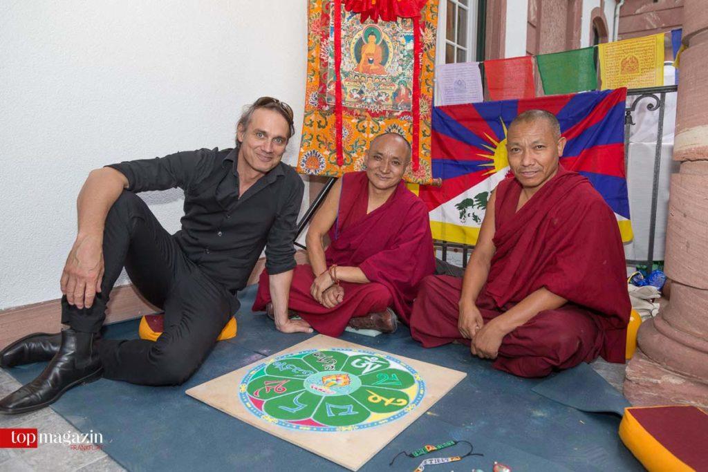 Schauspieler Ralf Bauer mit den Mönchen Gyaltsen und Karma vor dem fertigen Mandala