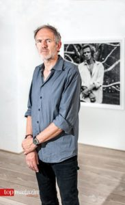 Anton Corbijn vor seinem Portrait von Keith Richards