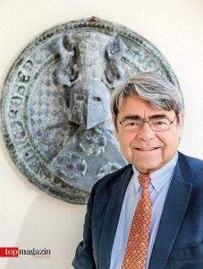 Prof. Dr. Rüdiger Freiherr von Rosen vor seinem Familienwappen
