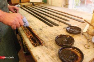 Stanzen, beizen, schneiden – Die handwerkliche Fertigung von Lederwaren wie Gürteln bei Kreis ist Präzisionsarbeit. (Foto Joerg Steinmetz)