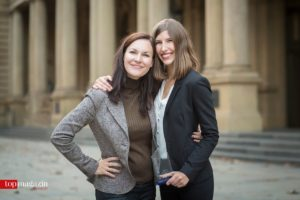 Kathrin Wächter-Diehl (Marketingleiterin BMW Frankfurt) und Johanna Prokasky, die bei BMW Frankfurt ihre Ausbildung zur Kauffrau als hessenweit beste Absolventin abschloss.