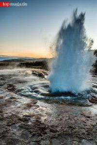 Heißes Wasser spritzt aus einem Geysir.