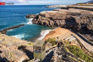Eine Bergbahn chauffiert die Hotelgäste hinab in die idyllische Bucht des Resorts.