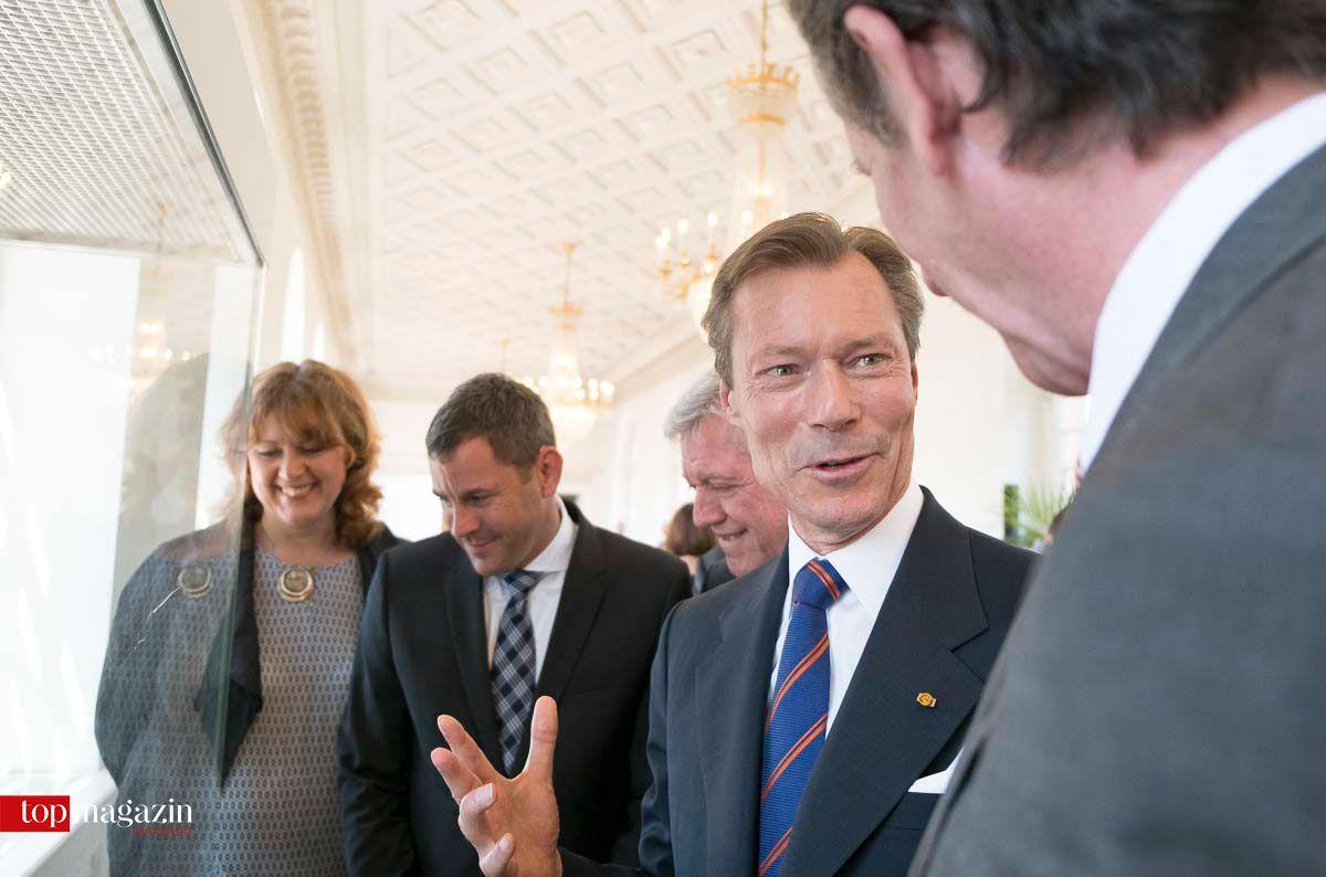 Prof. Dr. Klaus Eiler vom Hauptstaatsarchiv zeigt Henri von Luxemburg Exponate der Herzog-Adolph-Ausstellung, die eigens für einen Tag nach Schloss Biebrich geholt wurde.
