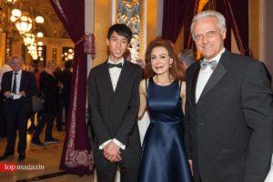 Der Gewinner des Pianistenpreises Eric Lu mit Maryam Maleki (International Piano Forum) und Bundesverkehrsminister a.D. Peter Ramsauer