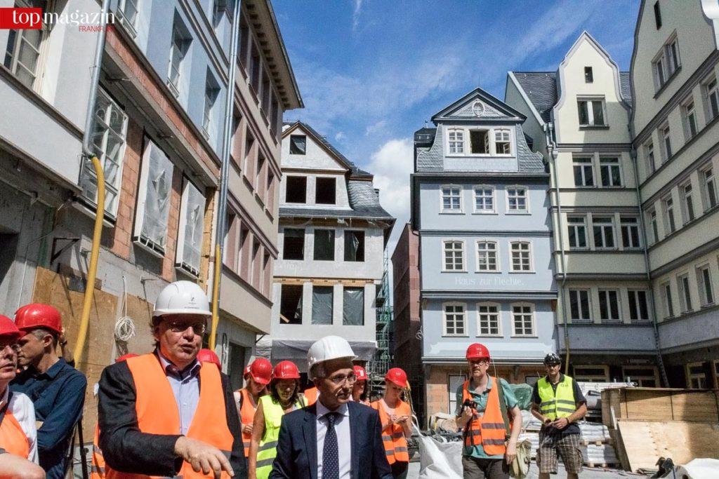 Oberbürgermeister Peter Feldmann beim Rundgang durch Frankfurts neue Mitte.