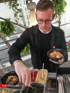 Hugh von Island Poké richtet Classic Ahi mit Gelbflossenthunfisch an.