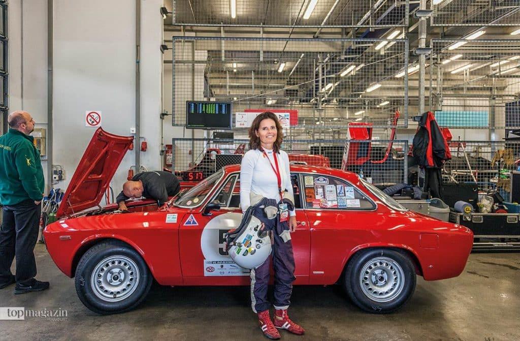 Nicola Charlotte Gräfin von Dönhoff vor ihrem Alfa Romeo Giula Sprint GTA