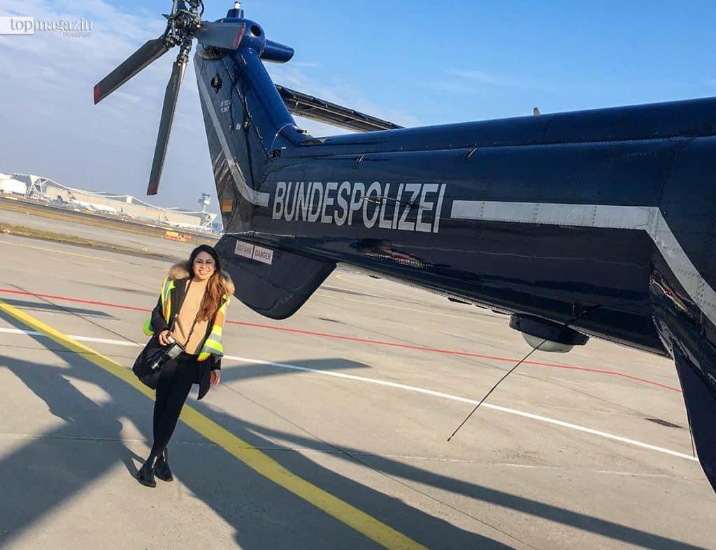 Ganz schön groß, so ein Super Puma - Ellie Nguyen (Top Magazin) am Heck des Hubschraubers