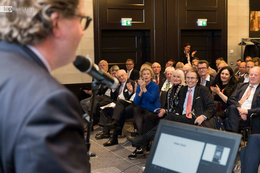 Präsident Thomas Kremer spricht dem Ehrenpräsident und Gründer des Wirtschaftsclub Rhein-Main, Dr. Ernst Gloede, seinen Dank aus..