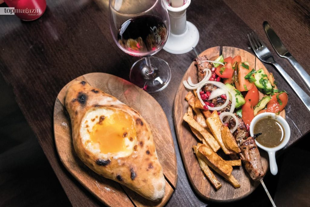 Georgische Spezialitäten - Khachapuri, überbackenes Käsebrot mir Ei und Schaschlik vom Kalb