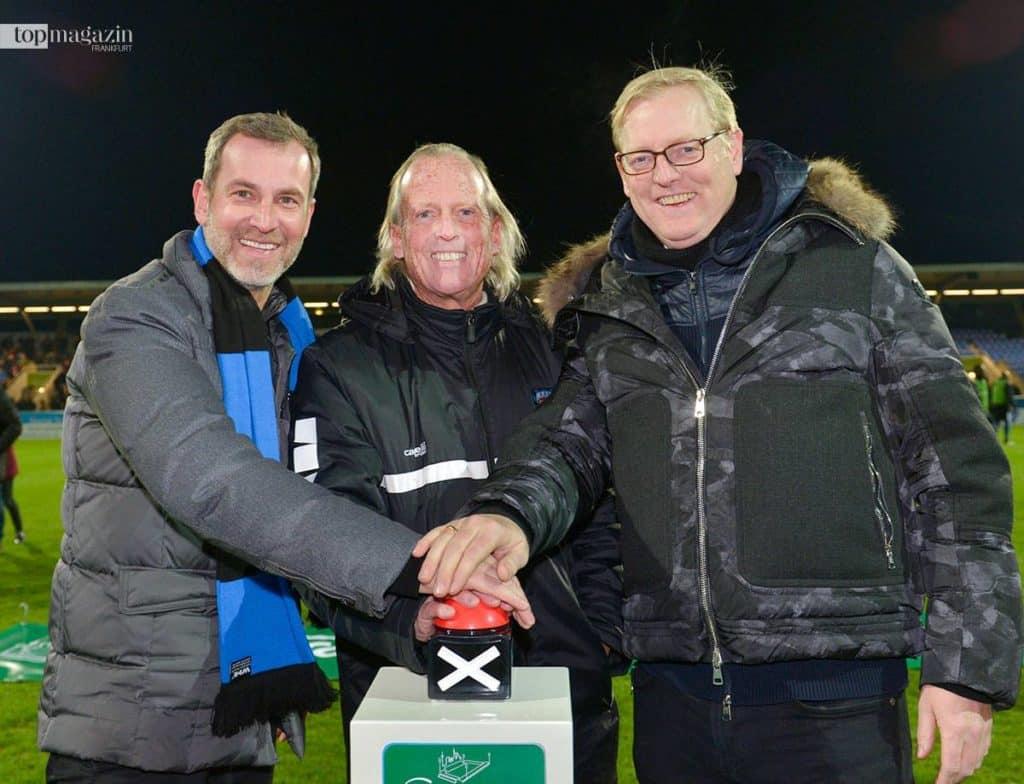 PSD Bank Hessen-Thüringen-Vorstandsvorsitzender Jens Fischer mit FSV-Präsident Michael Görner und Stadtrat Markus Frank
