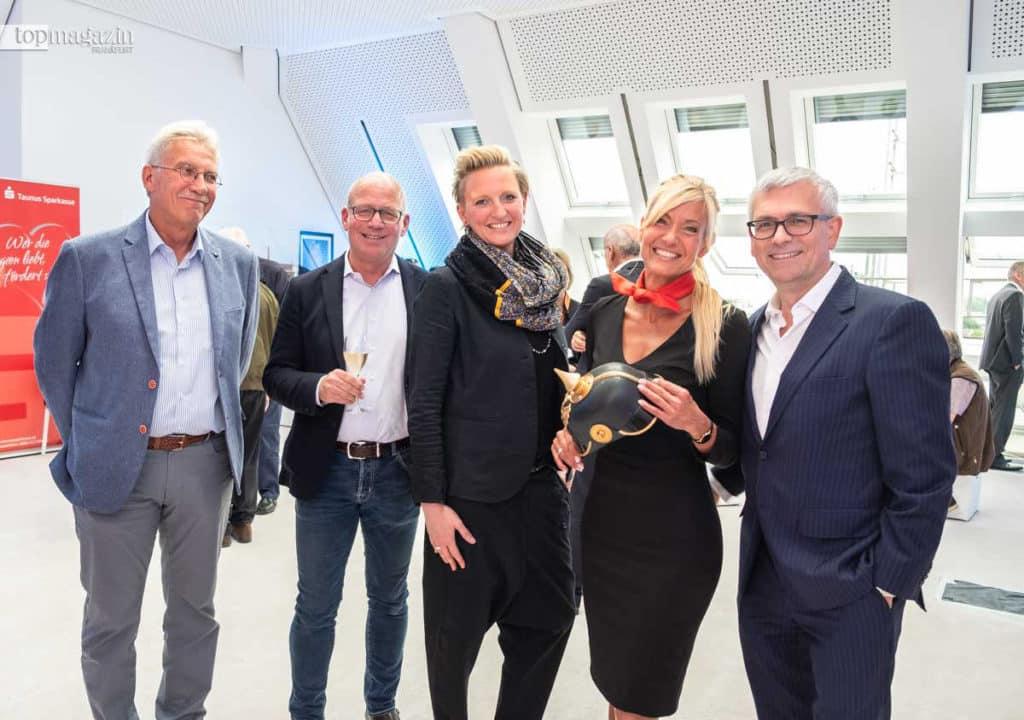Peter Löw (Willy A. Löw AG), Eberhard Schmidt-Gronenberg (Modehaus Hallbach), Julia Fuhl (Kemper Kommunikation), Yvonne Velten (Taunus Sparkasse) und Taunus-Sparkassen Oliver Klink (Vorstandsvorsitzender Taunussparkasse)