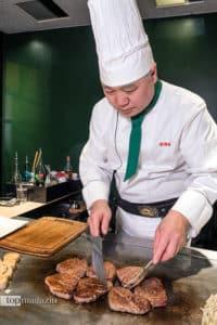Takateru Takahashi bereitet das legendäre Ozaki Beef zu.
