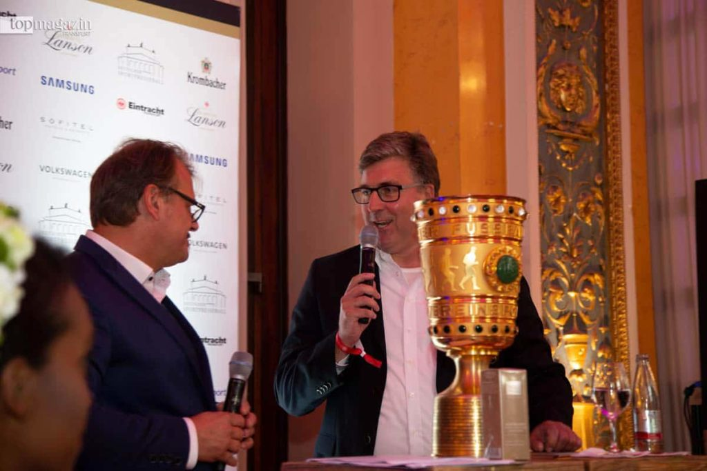 Eintracht-Vorstand Axel Hellmann kam mit dem DFB-Pokal.