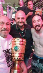 Auch DJ-Ikone Steve Aoki feierte mit Eintracht- Präsident Peter Fischer und World Club Dome-Macher Bernd Breiter den DFB-Pokalsieg.